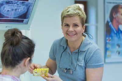 doswiadczony-chirurg-bezbolesnie-wyrywa-zeby-w-gabinecie-stomatologiczym-w-klinice-stomatologicznej-w-poznaniu